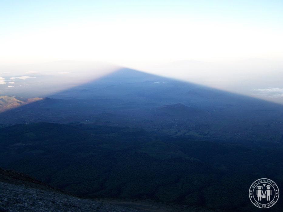 Der Schatten des Mount Meru bei Sonnenaufgang.