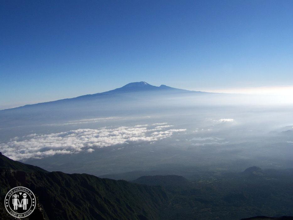 Das Kilimanjaromassiv vom Gipfel des Mount Meru aus gesehen.