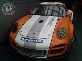 """Porsche GT3 R Hybrid auf der Ausstellung """"Porsche - Design, Mythos, Innovation"""" in Linz."""