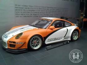 """Porsche GT3 R Hybrid auf der Ausstellung """"Porsche - Design, Mythos, Innovation"""" in Linz"""
